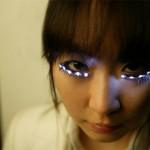 Cílios postiços exóticos com lâmpadas de led (Foto: divulgação)
