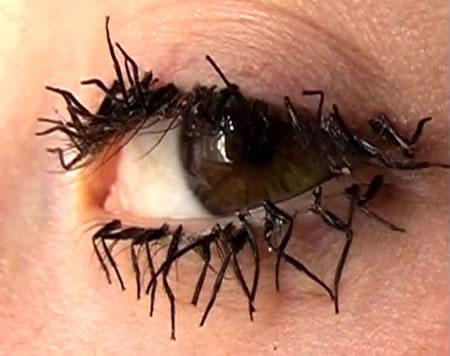 Cílios postiços exóticos imitando moscas mortas (Foto: divulgação)