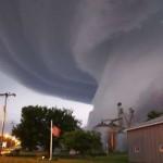 Tornado invadindo a cidade (Foto: divulgação)