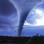 O céu fica nublado e com cores incriveis quando aparece um tornado (Foto: divulgação)