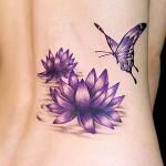 Tatuagem de flor de lótus lilás com borboleta (Foto: divulgação)