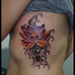 Tatuagem de flor de lótus vermelha nas costelas (Foto: divulgação)