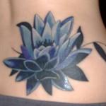 Tatuagem de flor de lótus azul e preta na cintura (Foto: divulgação)