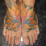 Tatuagem de flor de lótus nos pés (Foto: divulgação)