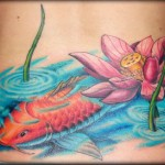 Tatuagem de flor de lótus com carpa (Foto: divulgação)