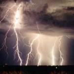 Tempestade de raios deixa a cidade na escuridão sem energia elétrica (Foto: divulgação)