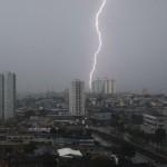 Raio caindo sobre a cidade fechada por nuvens carregadas (Foto: divulgação)