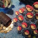 Moedas de chocolate e doces decorados de acordo com o tema. (Foto:Divulgação)