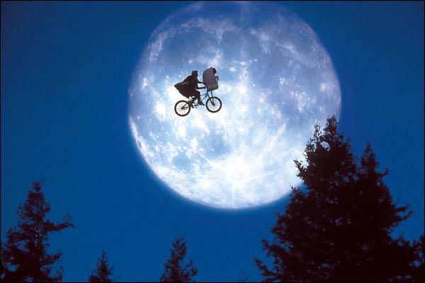 Momento clássico do filme E.T. (Foto: divulgação)