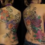Tatuagem de flores coloridas e libelula nas costas (Foto: divulgação)