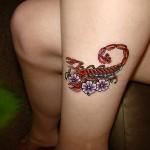 Tatuagem de escorpião feminina com flores (Foto: divulgação)