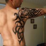 Tatuagem masculina tribal no ombro e corpo (Foto: divulgação)
