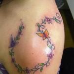 Tatuagem de ramo de flores com borboleta  (Foto: divulgação)