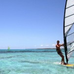 Paraíso para os amantes dos esportes náuticos como windsurfe, kitesurfe e parasail, que deslizam sobre o mar transparente (Foto: divulgação)