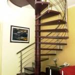 A escada caracol assume papel protagonista na decoração. (Foto:Divulgação)