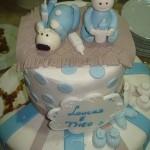 Bolo para chá de bebê decorado com listras e bolinhas azuis (Foto: divulgação)