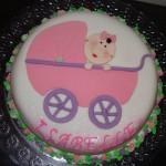 Bolo decorado com carrinho de bebê rosa (Foto: divulgação)