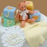 Bolo decorado com ursinho e blocos lógicos para chá de bebê (Foto: divulgação)