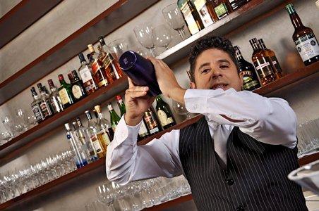 O bartender é um profundo conhecedor de drinks (Foto: Divulgação)