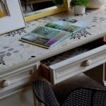 A superfície da mesa ganhou um novo acabamento com papel contact.  (Foto:Divulgação)