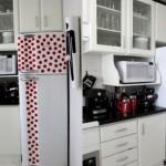 Recortes de bolinhas ilustram a geladeira.  (Foto:Divulgação)