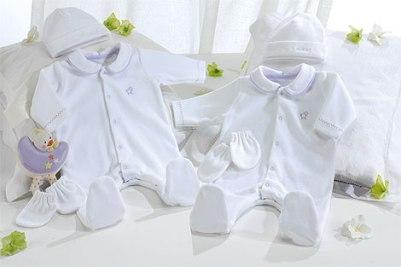 As mamães adoram ganhar roupinhas para os seus bebês. (Foto: Divulgação)
