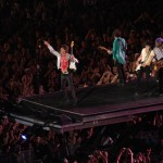 """Mick Jagger, Keith Richards, Ron Wood, Darryl Jones e Charlie Watts, na bateria durante show da turnê mundial """"A Bigger Bang"""", na praia de Copacabana (Foto: divulgação)"""