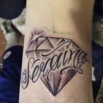 Tatuagem escrita no pulso com um diamante (Foto: divulgação)