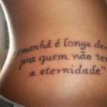 Tatuagem escrita feminina na cintura (Foto: divulgação)