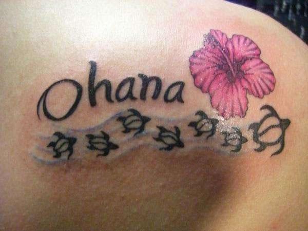 Tatuagem escrita com hibísco e tratarugas (Foto: divulgação)