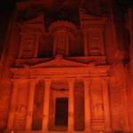Fachada do Templo do Tesouro em Petra no espétáculo Petra by night (Foto: divulgação)