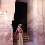 Patrulheiro jordaniano guarda a entrada do Templo do Tesouro em Petra (Foto: divulgação)