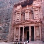 Fachada do Templo do Tesouro fica com a coloração rósea durante a tarde (Foto: divulgação)