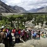 Tribo Ladakhi e monges budistas descem montanha na região do Himalaia (Foto: divulgação)