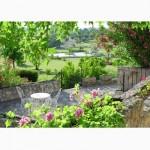 Jardim florido com mesas e cadeiras para descanso (Foto: divulgação)