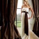 Vestido de noiva com faixa embaixo dos seios, combinando com a decoração (Foto: divulgação)