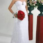 Vestido de noiva simples, os detalhes ficam por conta dos acessórios (Foto: divulgação)