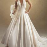 Vestido de noiva simples com saia em pregas largas (Foto: divulgação)
