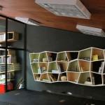 Formas  desalinhadas dão estilo à estante (Foto: divulgação)