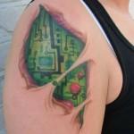 A tatuagem simula por debaixo da pele. (Foto:Divulgação)