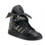 Sneaker estilo rocker, com zíper e tachas.