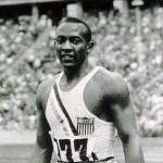 Ao ganhar 4 medalhas de Ouro em Berlim, 1936, o atleta negro Jesse Owens deixou Hitler sem graça durante a cerimonia de premiação.(Foto: Divulgação)