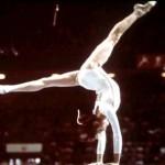 Com apenas 14 anos de idade, a ginasta romena Nadia Comaneci surpreendeu ao mundo obtendo a primeira nota 10 na história da ginástica olímpica. O feito aconteceu em Montreal, 1976.(Foto: Divulgação)