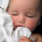 Bebê dormindo com uma fraldinha (Foto: divulgação)