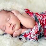 Bebê dormindo com a mãozinha no queixo (Foto: divulgação)