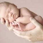 Bebê dormindo na mão (Foto: divulgação)