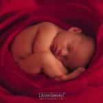 Bebê dormindo na posição fetal (Foto: divulgação)
