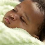 Bebê dormindo com cobertorzinho (Foto: divulgação)
