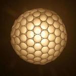 Luminária de copos descartáveis (Foto: divulgação)