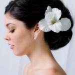 Flor branca combinando com o vestido (Foto: divulgação)